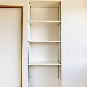 扉のすぐお隣にはチェストの収納。本やCD、思い出の写真などを飾って。(※写真はは同間取り反転のお部屋です。)