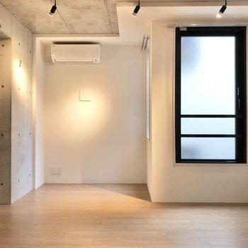 【LDK】エアコンの下にテレビ線が通っています。※写真は2階の同間取り別部屋のものです