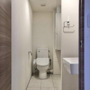 サニタリールームのドアを開けると、正面にトイレが見えます。※写真は2階の同間取り別部屋のものです