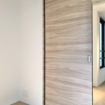【ベッドルーム】ドア横にはテレビ線が通ります。※写真は2階の同間取り別部屋のものです