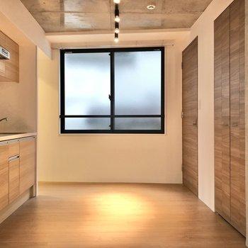 【LDK】ぬくもりを感じる空間です。※写真は2階の同間取り別部屋のものです