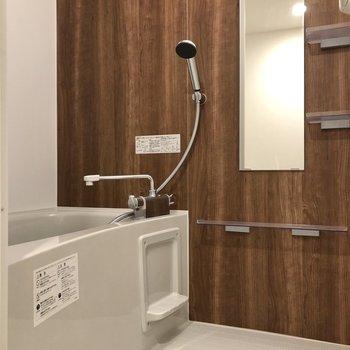お風呂ではブラウンのパネルに癒やされます。※写真は2階の同間取り別部屋のものです