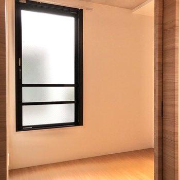 【LDK】1番右のドアからベッドルームへ。※写真は2階の同間取り別部屋のものです