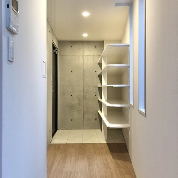玄関の方へ行くと……。※写真は2階の同間取り別部屋のものです