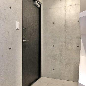 ドアはシックなデザインです。※写真は2階の同間取り別部屋のものです