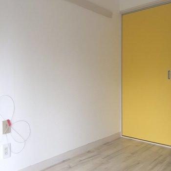 キッチンに冷蔵庫置き場がないので扉横に置こうかなあ、(コンセントからちょこっと距離があります。)