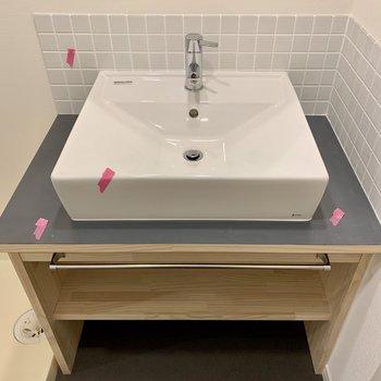 洗面台は水色のタイルで爽やかに。