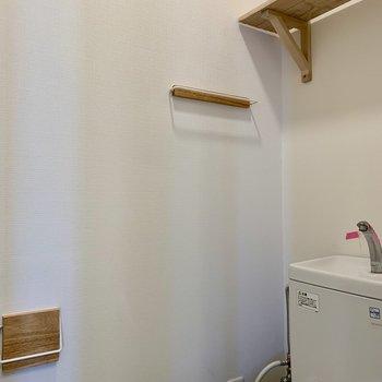 棚やタオル掛けはお揃い。