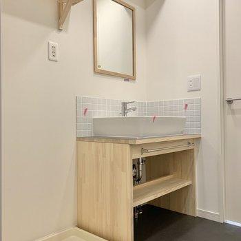 洗面台、洗濯機置き場にも木が使われていますよ。