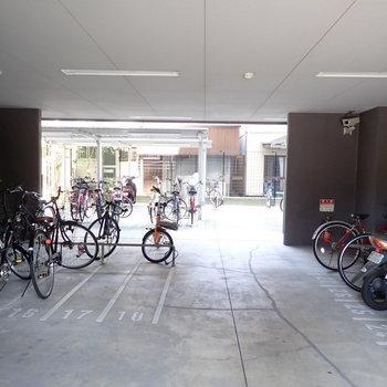 共用部】駐輪場は建物の下に。