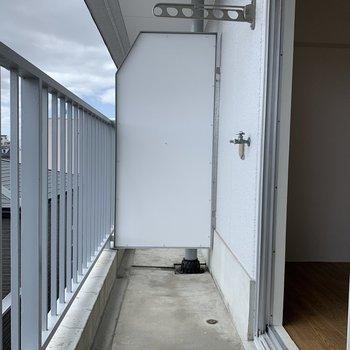 ベランダに洗濯機置場があります