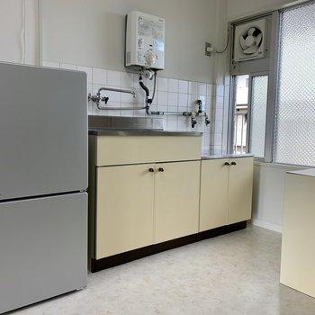 小さいですが、換気には便利な小窓がキッチンの横に