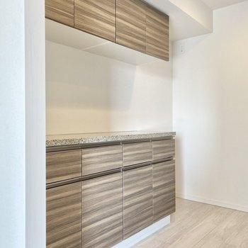 【LDK】たっぷりとした収納。奥には冷蔵庫を置けます。
