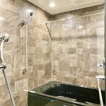 浴室。落ち着いた色合い。