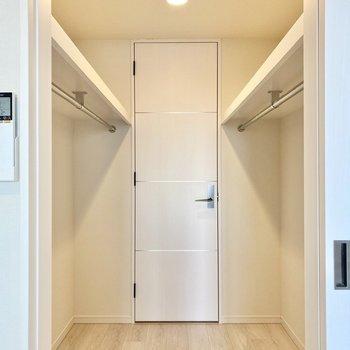 【洋室7.6帖】ウォークインタイプです。奥のドアは廊下に続いています。