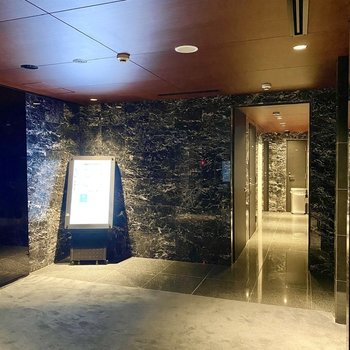 エレベーターホール。電光掲示板がありますね。