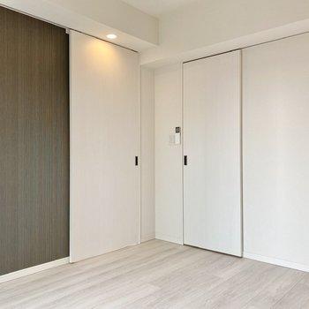 【洋室7.6帖】 2つのドア。左はリビングへ。右はクローゼットへ。