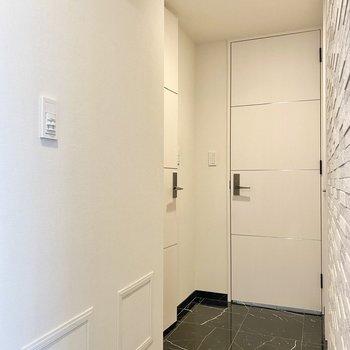 玄関入って左側。水回りに続く廊下です。