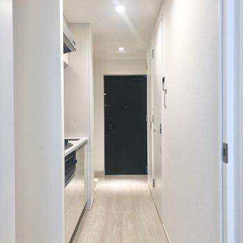 お部屋を出るとキッチンです。※写真は1階の同間取り別部屋のものです