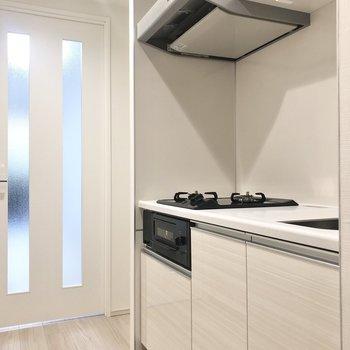 キッチン横には冷蔵庫が置けます。※写真は1階の同間取り別部屋のものです