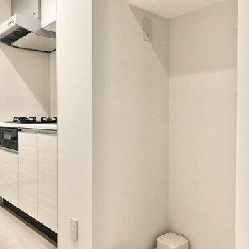 キッチン隣には洗濯機置場も。上部の棚が便利に使えそう。※写真は1階の同間取り別部屋のものです