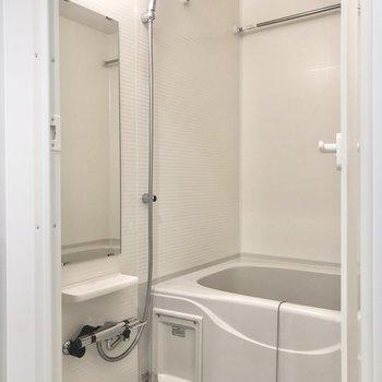 奥にはバスルーム。こちらも白くて美しい印象。浴室乾燥機もついています。※写真は1階の同間取り別部屋のものです