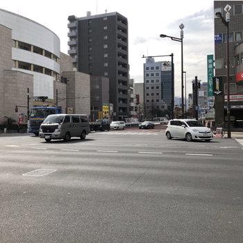 駅前の大通り。コンビニに飲食店などが並びます。