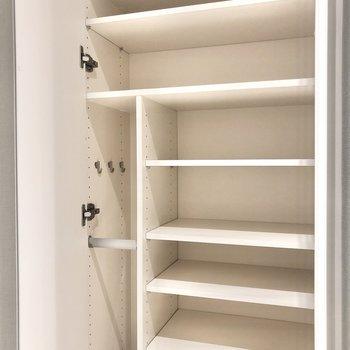 シューズボックスも大きめ。傘や小物も収納できそうです。※写真は1階の同間取り別部屋のものです