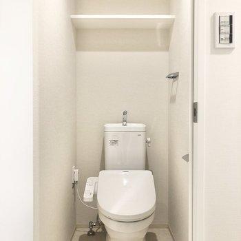 玄関近くの扉にはトイレがあります。※写真は1階の同間取り別部屋のものです