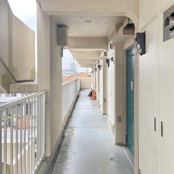 供用廊下は雨が降り込みにくい屋根付き。
