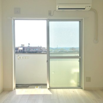 南向きの大きな窓でポカポカ明るい♪※写真は5階の反転間取り別部屋のものです