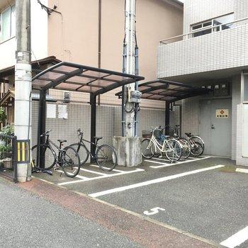 自転車置き場は駐車場の横にありました。