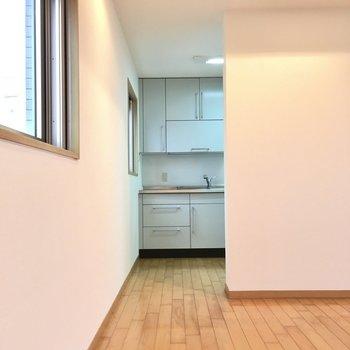キッチンは角っこに見え隠れ。