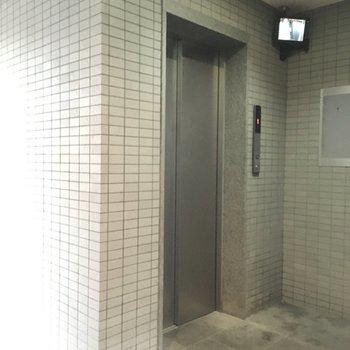 エレベーターもついていますよ。防犯カメラも付いているので安心です。