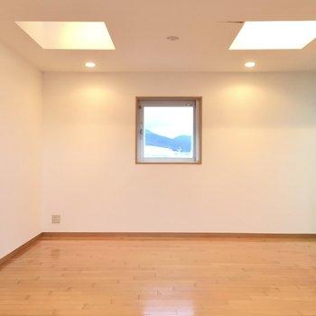 テレビ端子は両側の窓にあります。