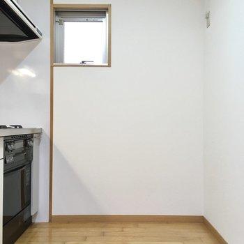 キッチン後ろもゆったり空間。大きな冷蔵庫やラックも置けちゃいますね。