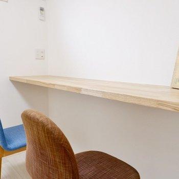 【洋室3.3帖】木の香り漂う文机で今日の作業を始めましょう。