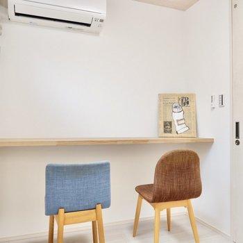 【洋室3.3帖】カフェのカウンター席のよう。