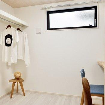 【洋室3.3帖】クロークと一体になった空間です。コートやカバン等、魅せる収納ができますね。