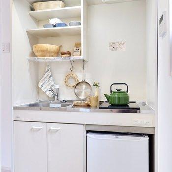 シンプルなデザインのキッチン。冷蔵庫付きですよ。