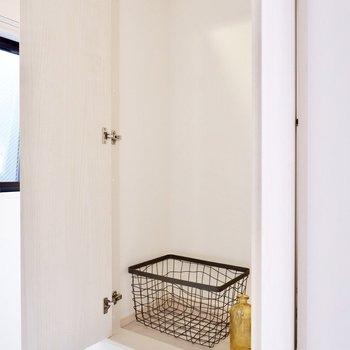 【洋室7.6帖】手前に収納スペースがありますよ。日用品や雑貨などしまえますね。
