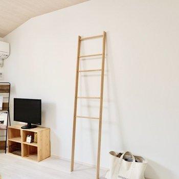 【洋室7.6帖】こちらの壁にテレビを置きやすいですよ。