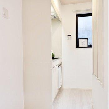 【洋室7.6帖】キッチンは階段前に。