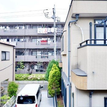 2階の窓からの眺望。建物正面の敷地が見えますね。
