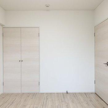 【洋5東】全体的に淡い色合いのお部屋です。