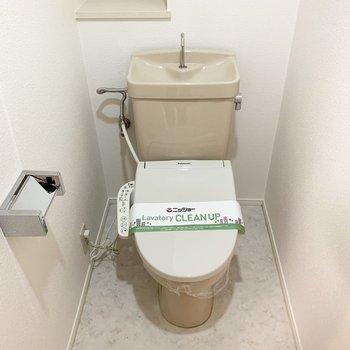 ちょっとした棚付とウォシュレット付のおトイレです。