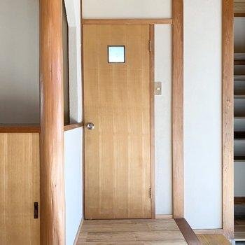 おトイレは少し離れて玄関のお隣に。