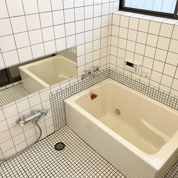 浴室もタイルが素敵な空間。追焚き付でゆっくり疲れを癒せます。