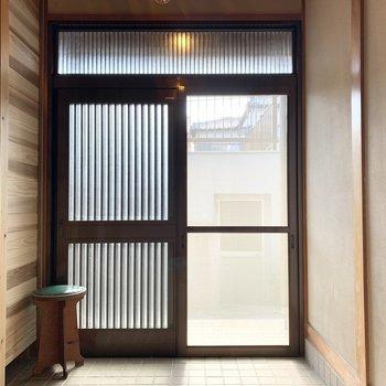引戸の玄関には網戸付で夏は開け放つこともできますよ。
