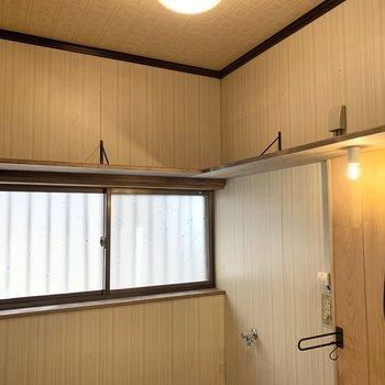 上部に棚板も設置されていますので、タオルや洗剤の収納に便利◎
